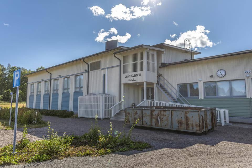"""""""Tämä toimii hyvin"""", Jorma Hynninen totesi ensimmäisissä harjoituksissa Leppävirran Kivelän koululla. Hynninen on käynyt itse aikoinaan samaa koulua."""